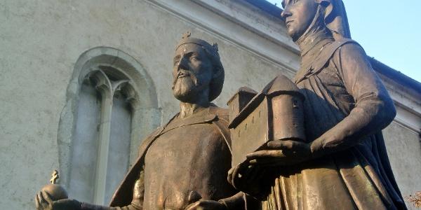 Szent István és Gizella szobra a nagymarosi templom mellett