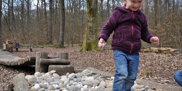 Tiergarten_Kleinkind läuft über Steine