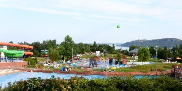A balatonfüredi Annagora Aquapark, háttérben a Tihanyi-félsziget