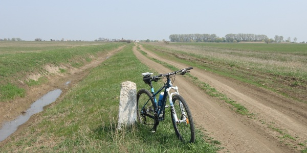 A tanyákon élők szerint a fehér útjelző kövek még Kossuth Lajost is látták menekülni
