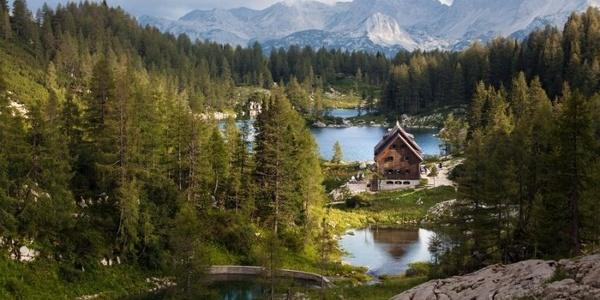 Koča pri Triglavskih jezerih - eingebettet in großartiger Natur - Südansicht