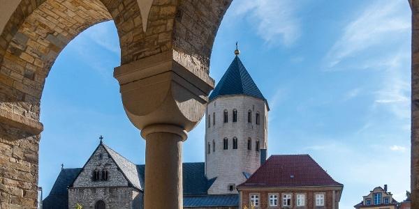 Paderborn - Blick durch das Paradiesportal auf die Gaukirche