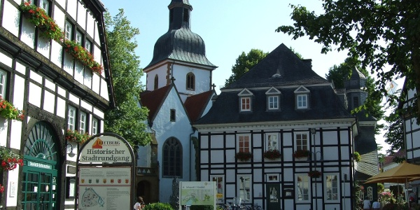 Bolzenmarkt mit Blick auf die Pfarrkirche St. Johannes Baptist und das Rathaus