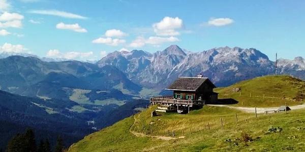 Die Mahdalmhütte mit Blick nach Westen