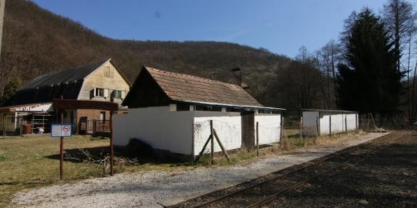 A kerítés túloldalán találjuk a Nagyvölgy Strandot (Godóvár állomás)