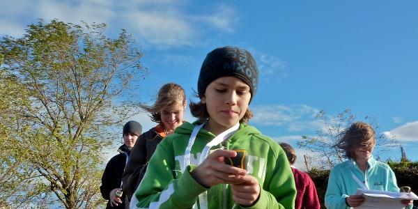 Kinder bei einer GPS-Schatzsuche auf dem Geo-Erlebnispfad