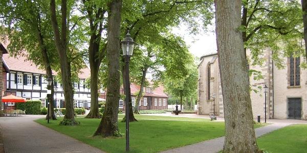 Idylle am Kirchplatz am Kloster Clarholz