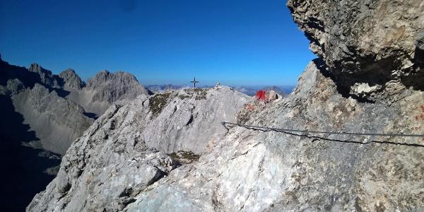 Kurz nach dem Drahtseil ist das Gipfelkreuz auch schon erreicht.