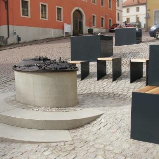 Blick auf das Tastmodell der Stadt Augustusburg, im Hintergrund die neue Sitzgruppe und die Pflanzenkübel