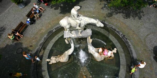 """Brunnen """"Der Bodenseereiter"""" von Peter Lenk auf dem Überlinger Landungsplatz"""
