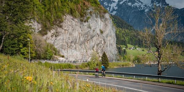 Nach einer schnellen Abfahrt von der Sattelegg hinunter nach Willerzell geht es weiter dem Sihlsee entlang in Richtung Euthal.