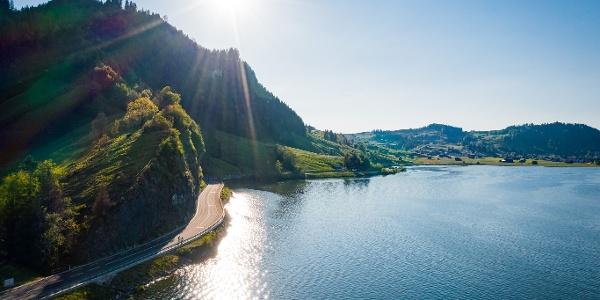 Traumhafte Aussicht auf den Sihlsee während der Fahrt bis nach Gross.