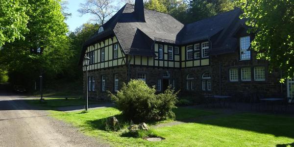 Idyllisch liegt das Waldgut Schirmau im Forst - sonntags ist die hiesige Gaststätte bewirtschaftet.
