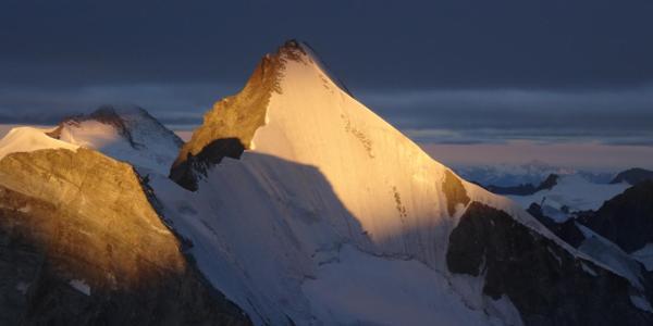 Sonnenaufgang am Zinalrothorn mit Blick auf die Obergabelhornnordwand