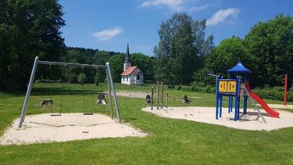Spielplatz in Elend mit wunderbaren Blick auf die kleine Holzkirche