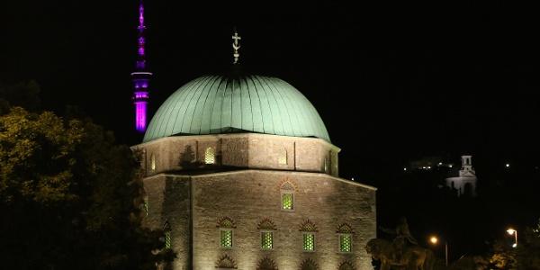 Gázi Kászim pasa dzsámija este is impozáns látványt nyújt