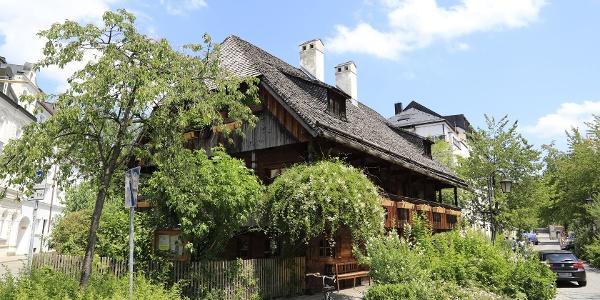 (1) Kriechbaumhof: Die ehemalige, fast komplett aus Holz bestehende Arbeiter-Herberge aus dem 17.Jahrhundert dient heute der JDAV als Jugendzentrum.