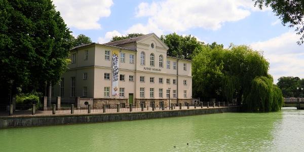 (4) Auf der Praterinsel sind Bibliothek, Zentralarchiv und Alpines Museum des DAV wieder unter einem Dach vereint.