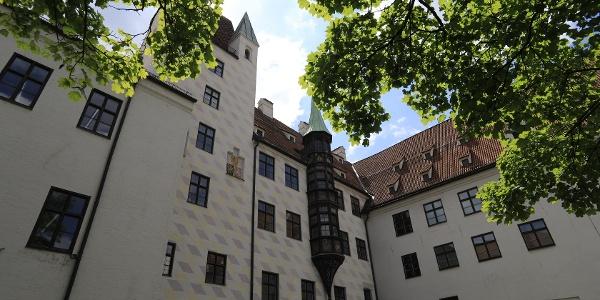 (6) Der älteste Kern Münchens ist eine Stadtburg aus dem späten 12. Jahrhundert, die erste Residenz der bayrischen Herzöge in München.
