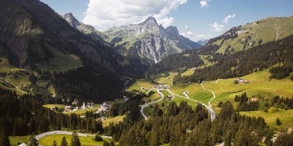 Hochkünzelspitze, Rechts davon das Rothorn und im Schatten der langgezogene Hochberg