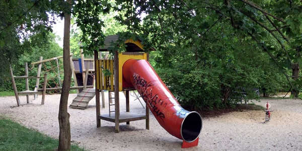 """Die Rutsche auf dem """"Spielplatz Robert-Koch-Straße"""" in dem oberen Bereich der Räubergasse."""
