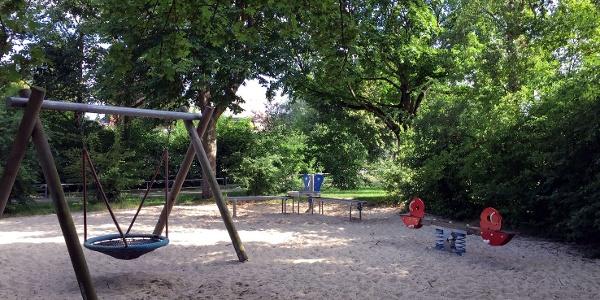 """Der """"Spielplatz Robert-Koch-Straße"""" hat einen Sand-Spielbereich mit Wassermatsch-Ecke und einer gemütlichen Nestschaukel zum Entspannen."""