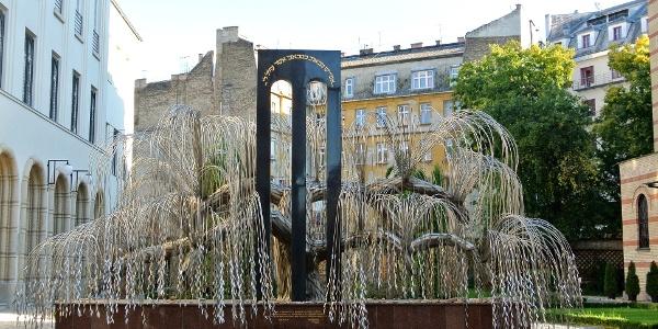 A Holokauszt áldozatainak emlékfája a Holokauszt-emlékparkban, a Dohány utcai zsinagóga kertjében