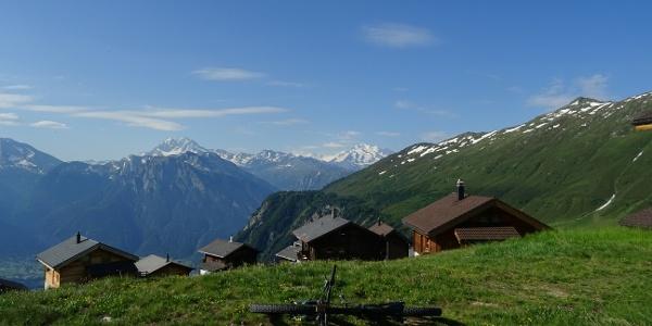 0100 Erstes Foto oberhalb der ferienkolonieartigen Siedlung Belalp - ein Campingplatz für Betuchte