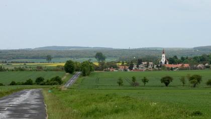 A távolban Vöröstó templomának tornya látszik