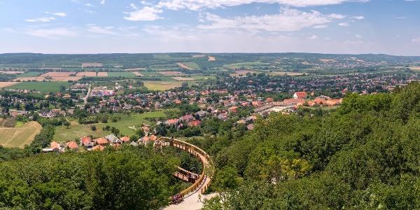 Panoráma a Boldog Mór kilátóból Pannonhalma felé, lent a lombkorona tanösvény