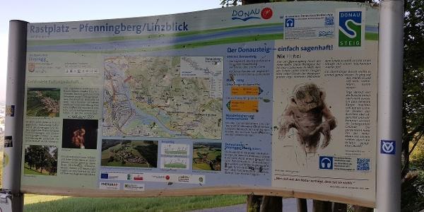 """Nach der ersten Steigung lädt der Donausteig Rastplatz """"Pfenningberg/Linzblick"""" auf 400 m Höhe zur ersten Rast ein!"""