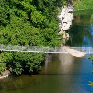 Eine als Spinnennetz konstruierte und schwingende Hängebrücke verbindet das linke Ufer der Donau mit der Eremitage