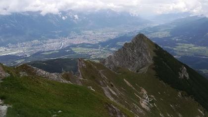Blick aufs Spitzmandl mit Innsbruck im Hintergrund