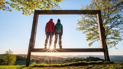 Zwei Wanderer im Rothaarsteig-Landschaftsrahmen auf dem Kornberg