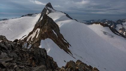 Blick vom Annakogel zur Hochwilde. Davor das Schneefeld, über das wir abgestiegen sind, weil uns der Turm dahinter zu brüchig schien.