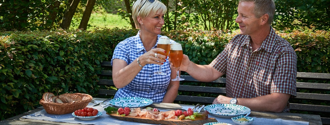 Essen auf Bank und Tisch im Grünen