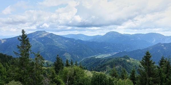 Blick nach Osten: Rennfeld & Hochlantsch