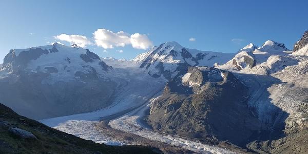 Vue sur le massif du Mont Rose, notre destination la cabane du Mont Rose et le glacier du Gorner.