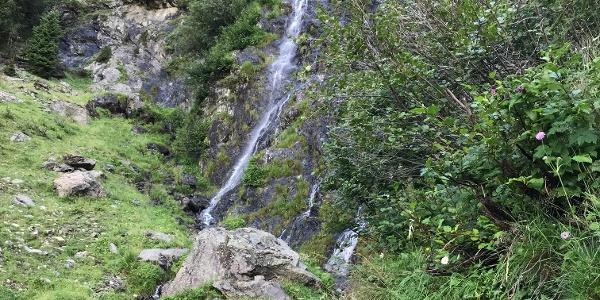 Wasserfall während des Abstiegs nach Dorf