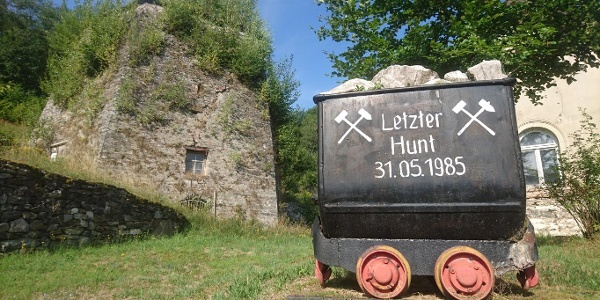 Hunt vor dem ehemaligen Kalkwerk in Herold bei Thum