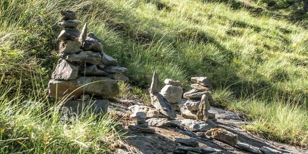 Steinmandln entlang des Weges, kurz vor der Neualm