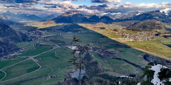 Aussicht vom Tressenstein. Der Grimming wirft seinen Schatten ins Ennstal.