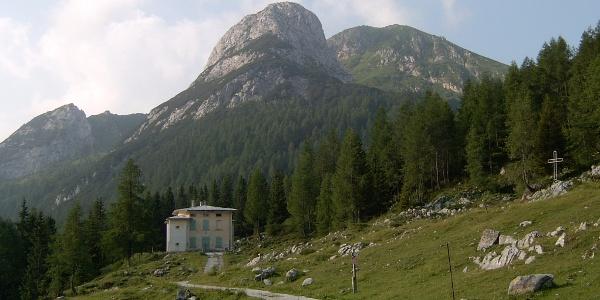 Zu Beginn des Aufstiegsweges, in der Bildmitte der Zuc della Guardia, rechts davon der Monte Pizzul