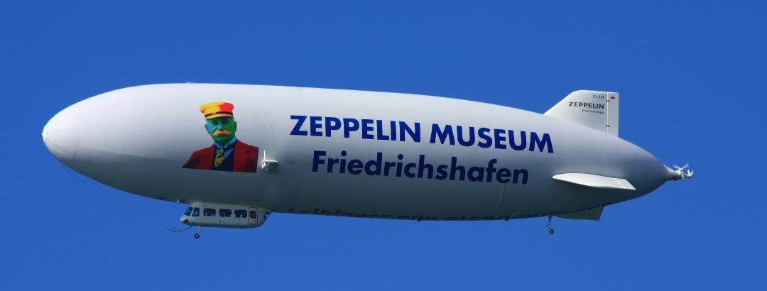 Zeppelin mit Werbung für das Museum in Friedrichshafen