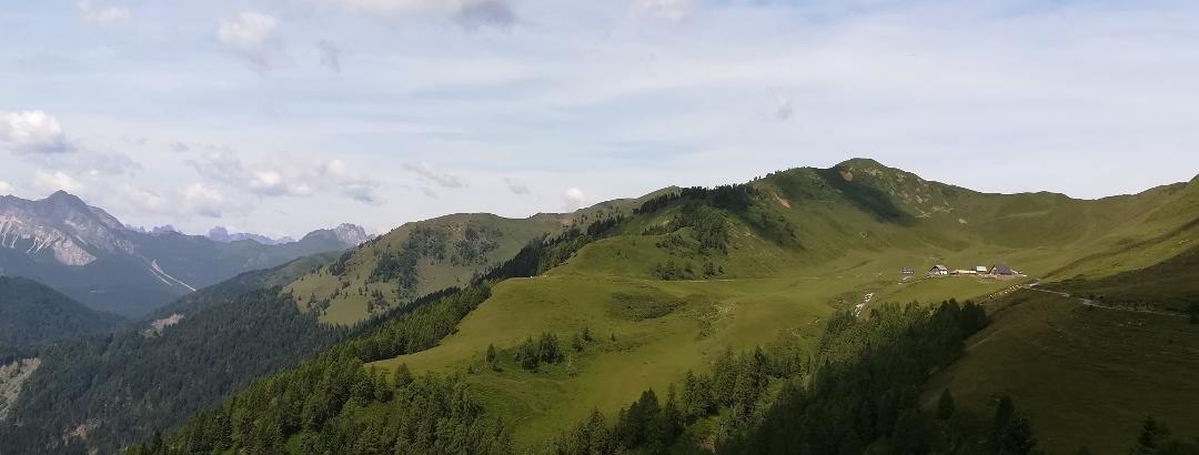 der Rif. C.ra Losa, eingebettet in den Mt. Val Boaria und rechts in den westlichen Abhang des Mt. Losa – dahinter der Mt. Novarza