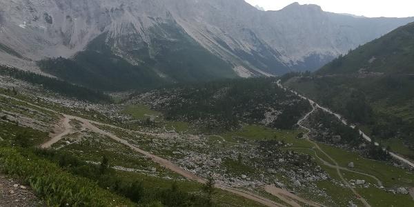 entlang des Karnischen Höhenweges 403 zur oberen Wolayeralm mit Blick nach Westen zum Biegengebirge mit Teilen des Wolayerkopfes und der Biegenköpfe - 2