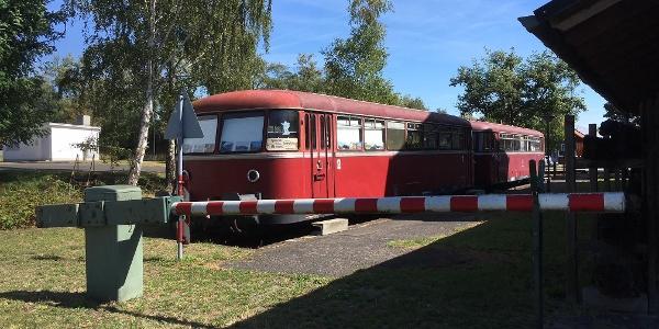 Schienenbus mit Schranke