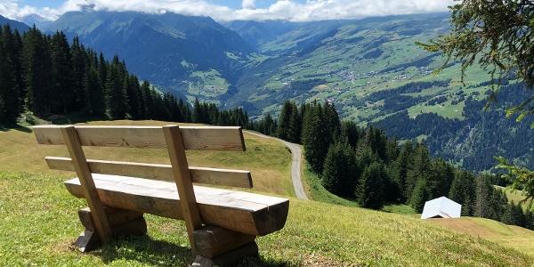 Schöne Aussichtsbank oberhalb von Riein mit Blick in die Val Lumnezia