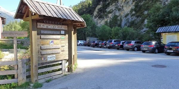 (Tag 1: Aufstieg Pleisenhütte) Einer der kostenpflichtigen Parkplätze am Eingang in die Karwendeltäler.