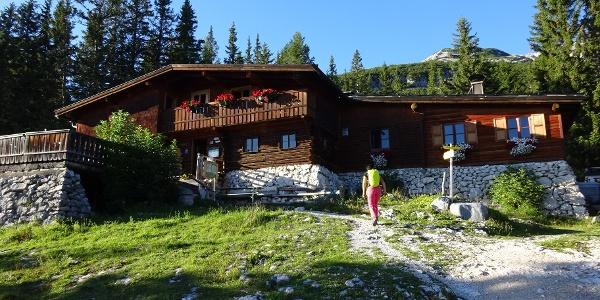 ... wird heute von Sigi Gaugg geführt, dem Sohn von Toni Gaugg, der die Hütte gebaut und den Höhenweg erschlossen hat.